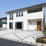白い外観の家の写真