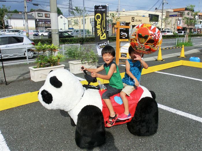 パンダカーに乗る少年