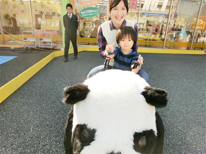 パンダカーに乗る親子