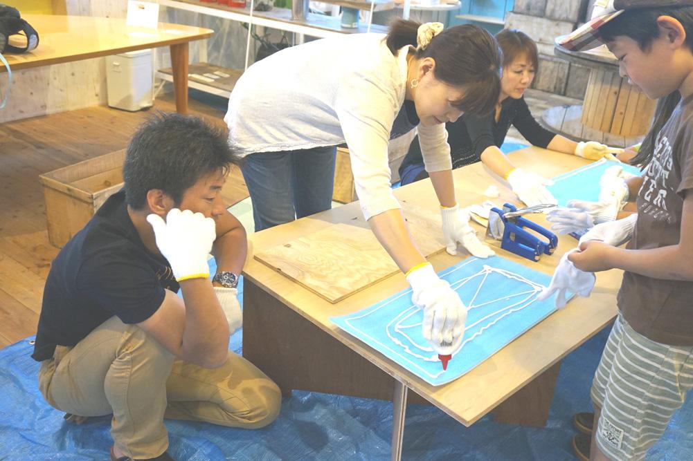 第4回H・DIYスクール、『座れる収納ボックス』作り、シートを木工用ボンドで接着