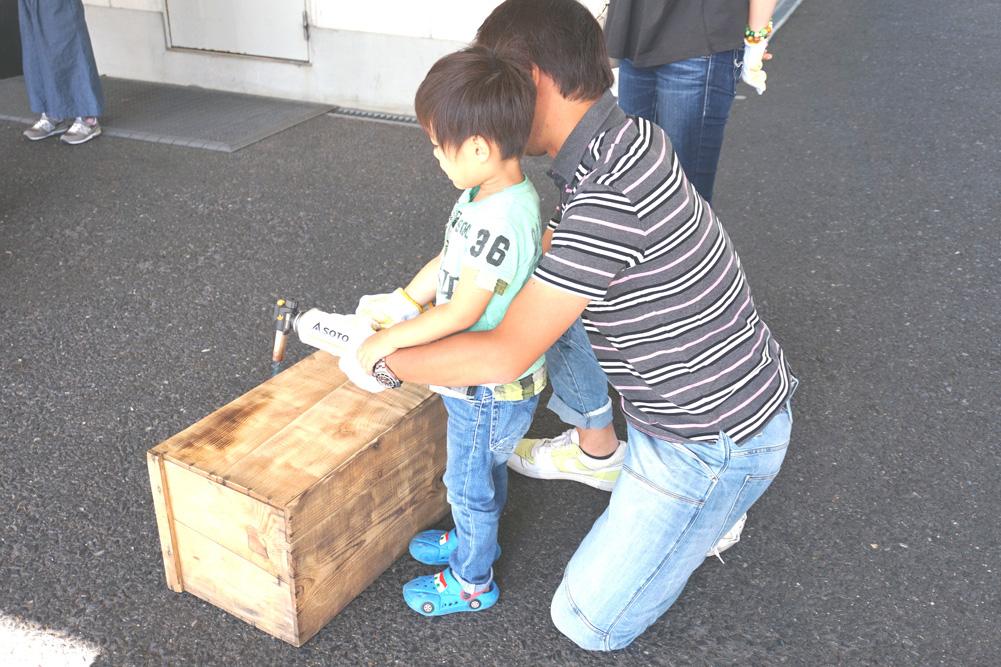 第4回H・DIYスクール、『座れる収納ボックス』作り、バーナーで焦げ目付け